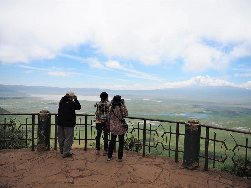 セレンゲティに行くためには、ンゴロンゴロ自然保護区を通過します。展望台の上からクレーターを望みます。双眼鏡で遠くにクロサイが見えました!
