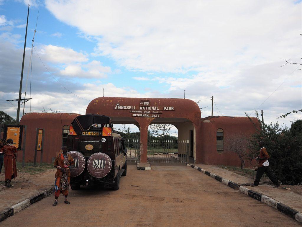 ケニアで最初の国立公園はアンボセリ国立公園。国境のナマンガから程近い場所にあります。