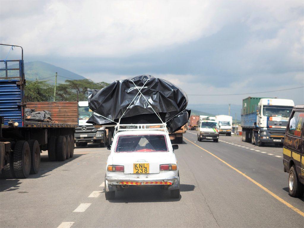 一度大きな幹線道路に戻り、いよいよ最後のマサイ・マラ国立保護区へと向かいます。しかし、すごい荷物です。