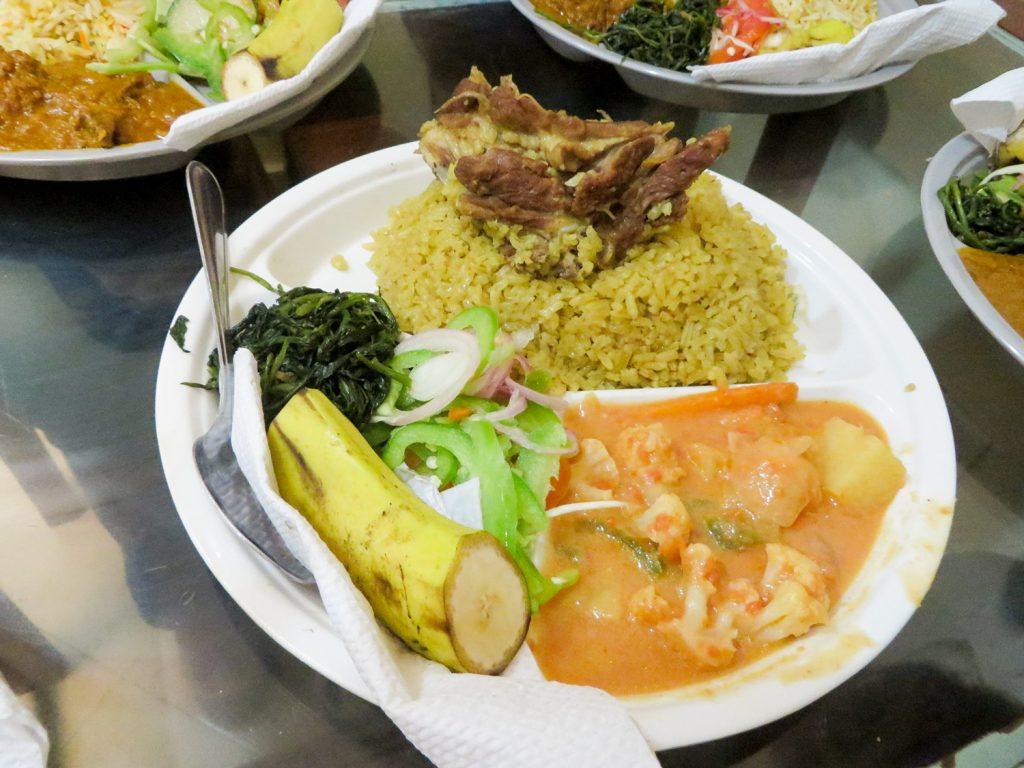 茶色い炊き込みご飯に肉が乗っかっているのは「マトンピラウ&フォタリ」