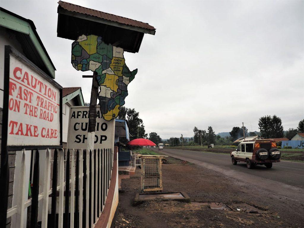 ナイロビを出て暫く行くと途端に田舎道へと様変わりします。まだまだ北へ北へ。