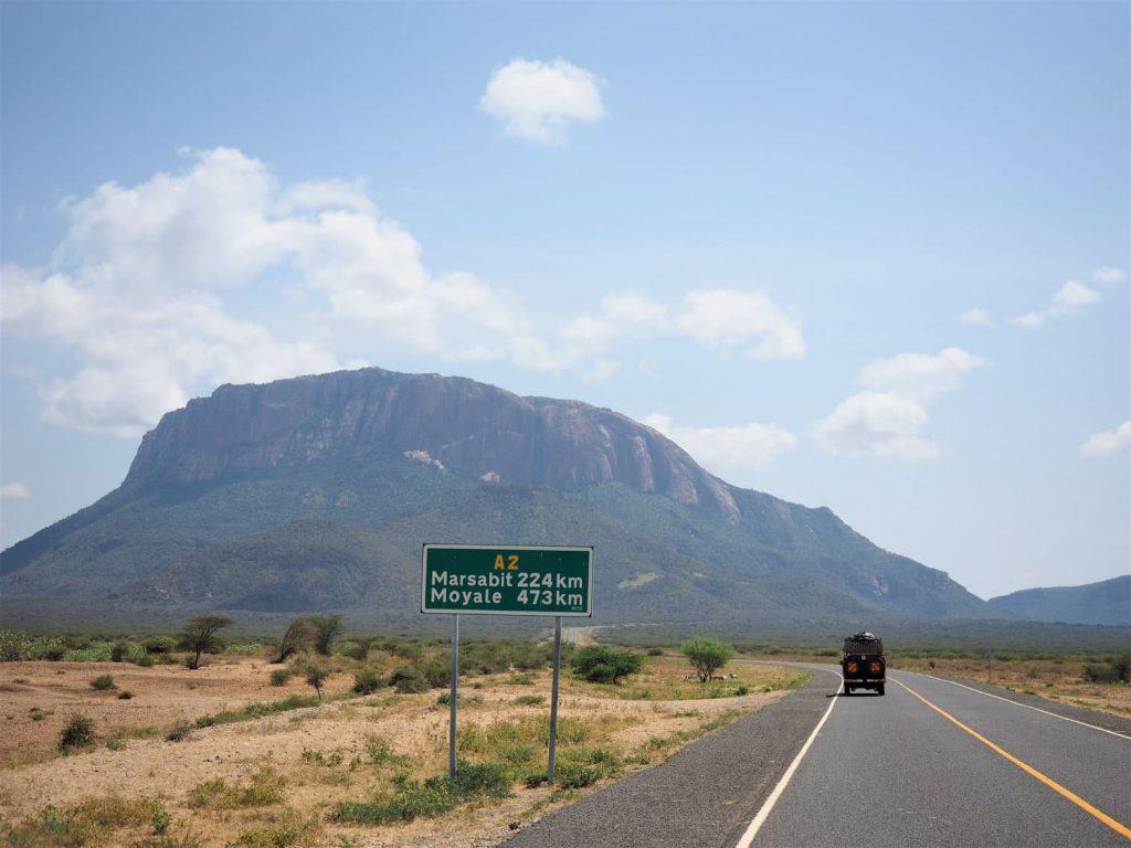 エチオピアとの国境の町Moyaleの名前が看板に出てきました。正面に聳えるのはケニアのテーブルマウンテン。まだこの辺りは舗装路が続きます。