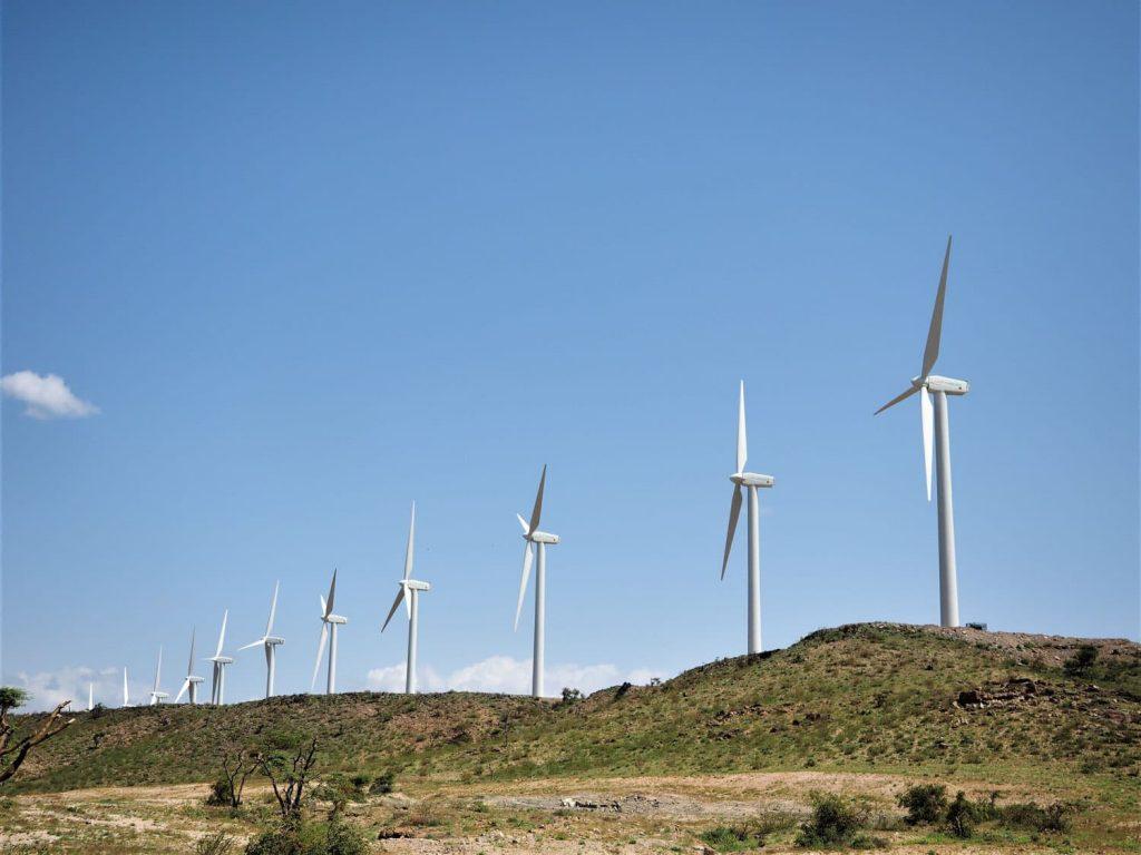 湖が近づいてくると、突如として姿を現す風力発電。何もない荒野にはるか向こうまで風力発電が建ち並ぶ様は、何とも言えぬ異様な雰囲気を醸し出していました。