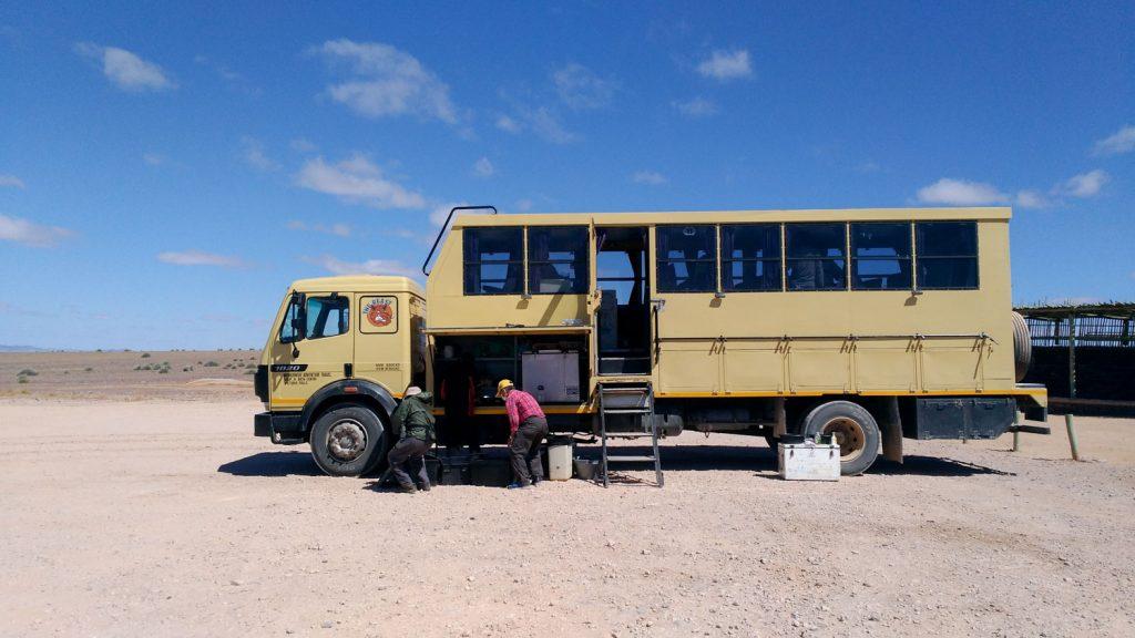 キャンプに必要なものが全て詰め込まれた改造トラック