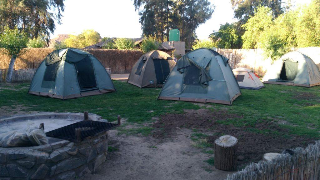 テントはキャンバス地のしっかりとしたテントを使用します