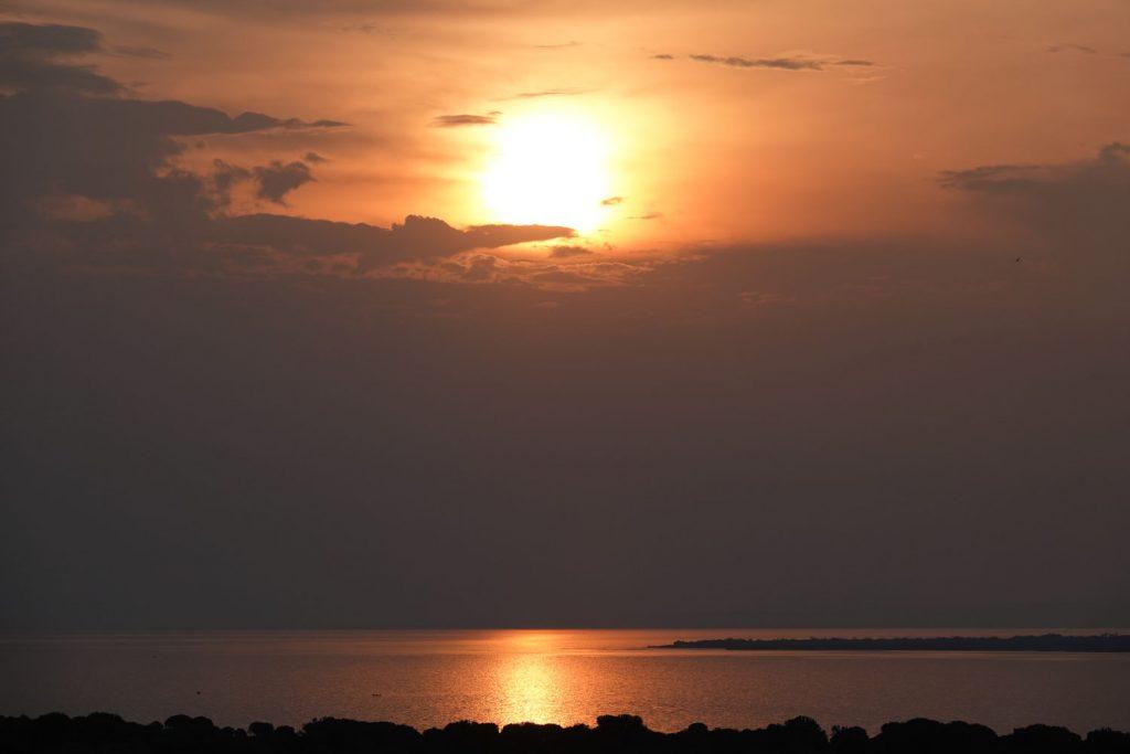 エドワード湖に沈む夕陽。