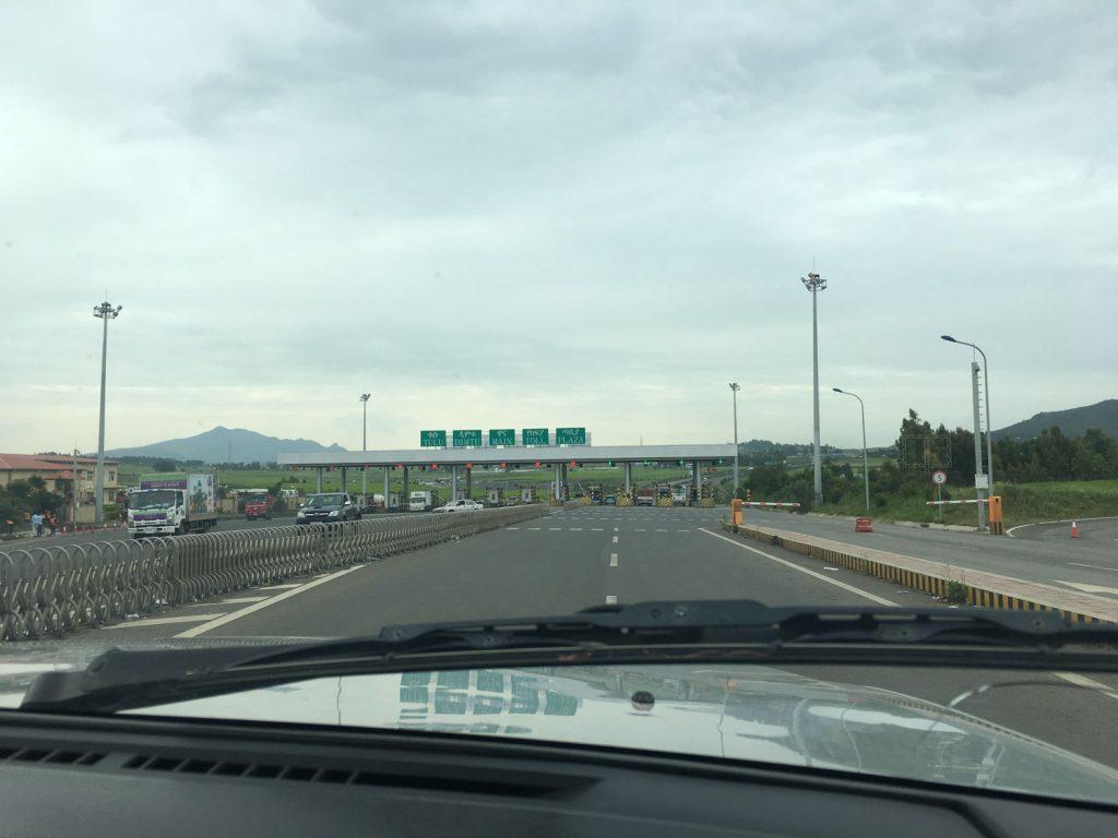 エチオピアにも最近、高速道路ができました。渋滞もなく快適です。