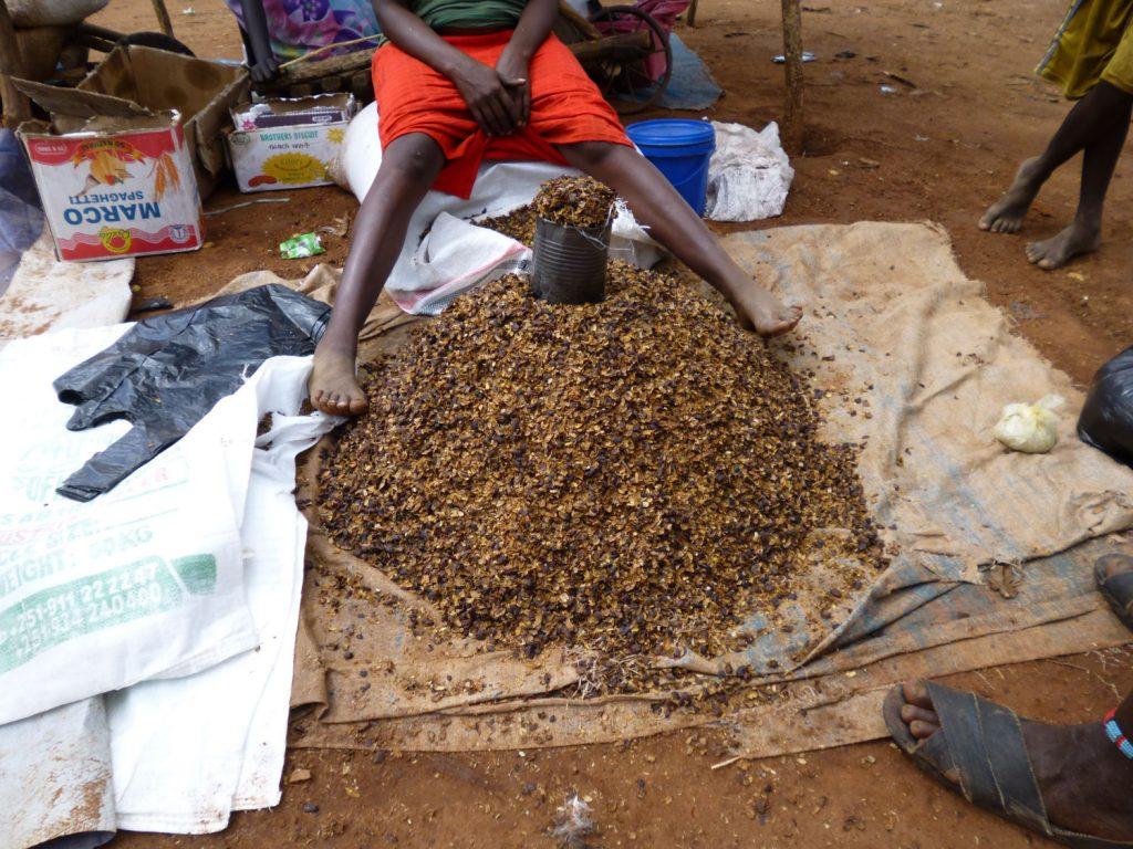 こちらは??コーヒーの殻です。南部に住む多くの人々は、コーヒー豆より安価な殻を煮出してコーヒーとして飲んでいます。