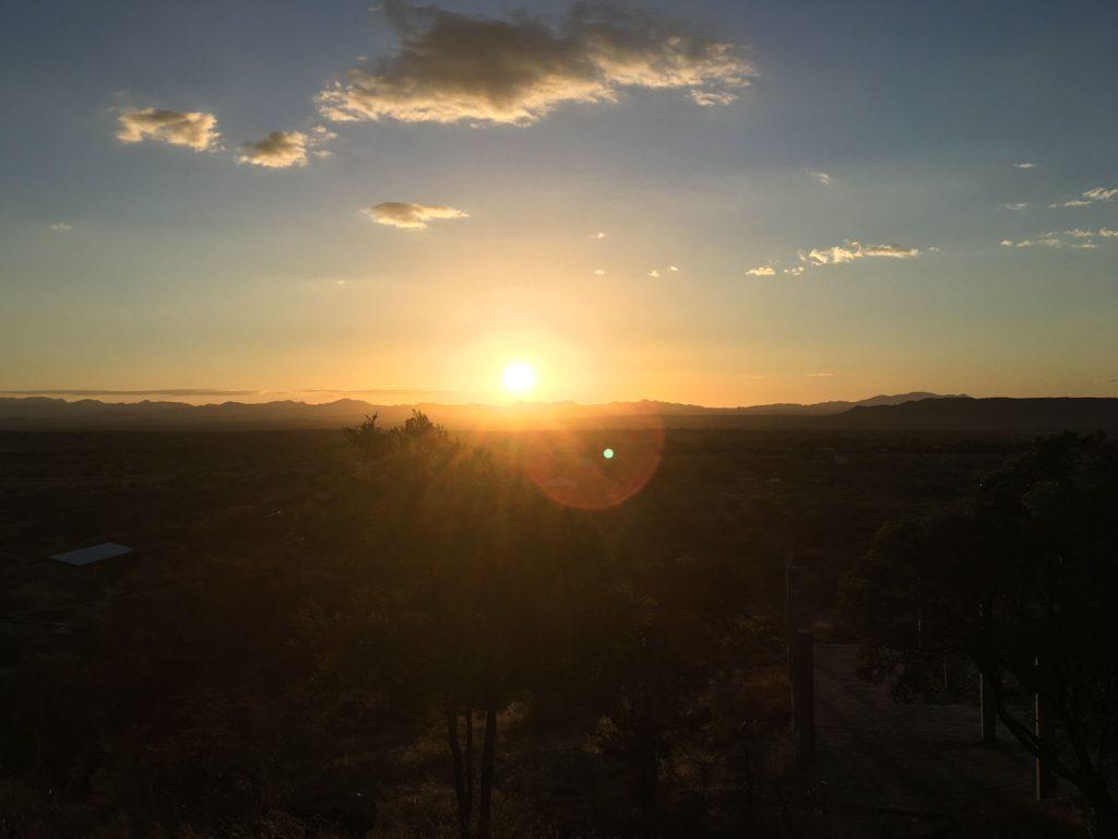 敷地内にある丘からは朝日が見られます。少し早起きをして、丘をテクテク登り、朝日を見ながら背伸び!贅沢です。
