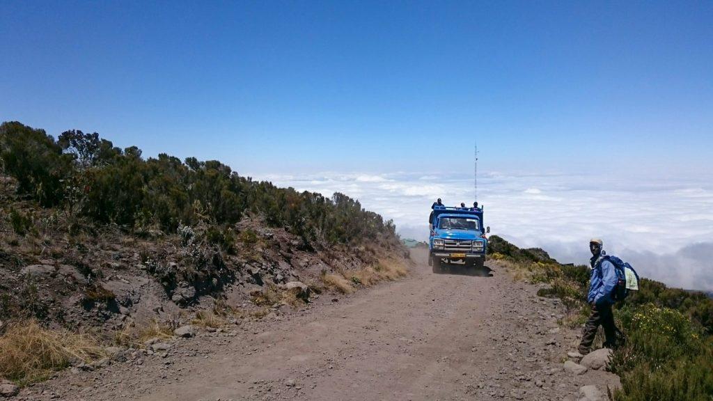 プライベート小屋の建築資材を運び、登山道を走るトラック
