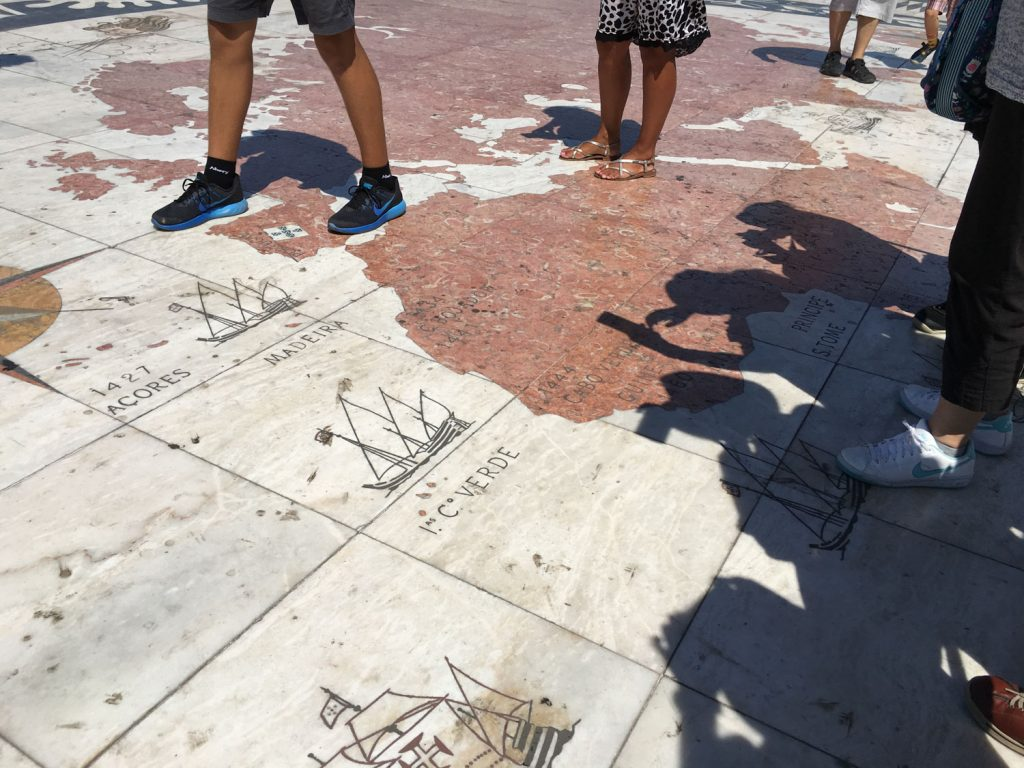 ベレン地区にある発見のモニュメントには世界地図が!ヨーロッパ人によって発見された年号が書かれています。カーボ・ヴェルデも発見!カーボ・ヴェルデの由来となったといわれるセネガルの「緑の岬(ポルトガル語でカーボ・ヴェルデ)」もありました。