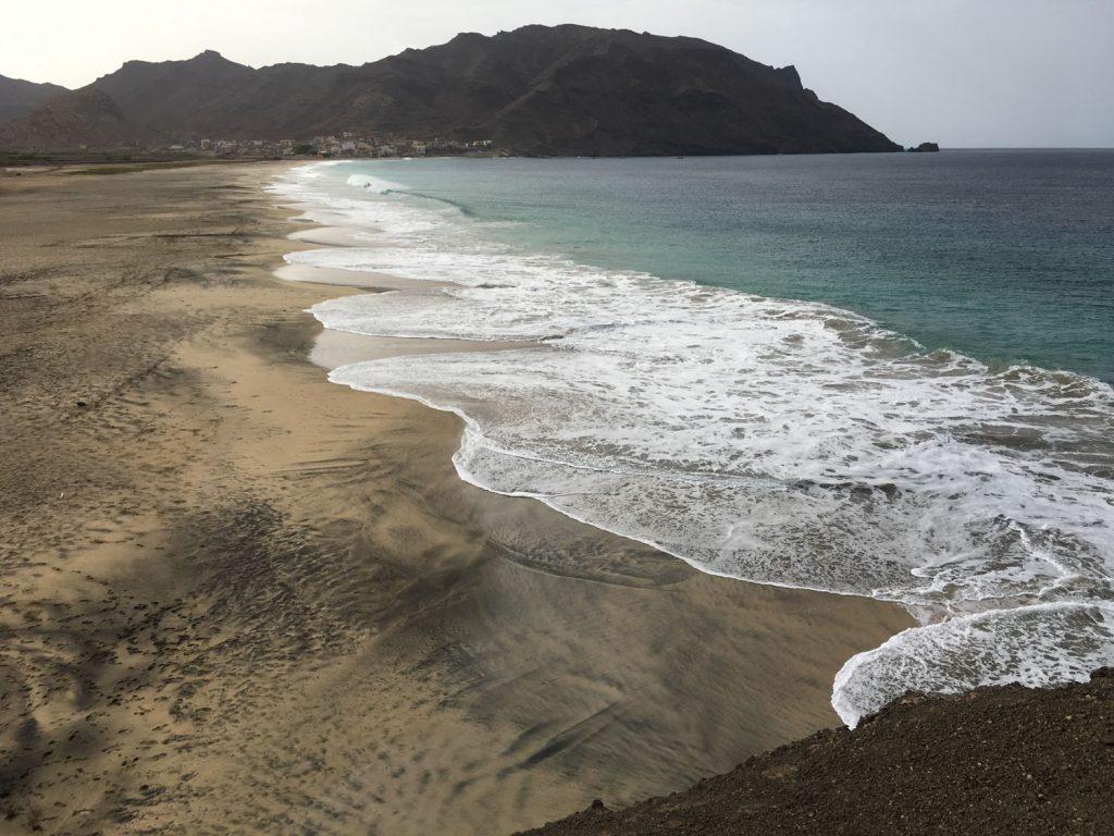 火山灰(黒)とサハラの砂(白)がミックスされている砂浜。