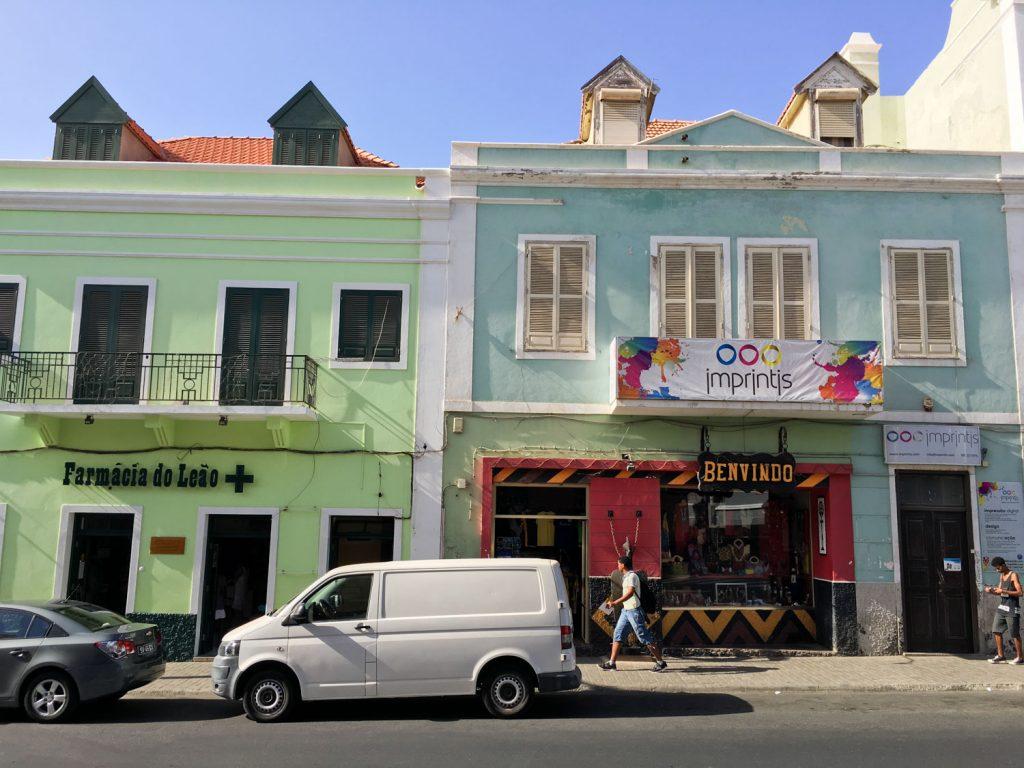 植民地時代の名残が残るパステルカラーの街並み、可愛いです。