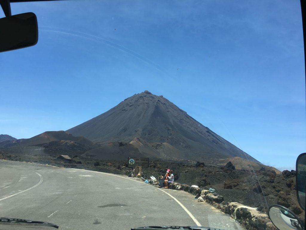 突然現れたカノ山はカーボ・ヴェルデ最高峰です(2,829ⅿ)!明日はこの頂上を目指します。急すぎじゃない?と少し不安になりながらも、カルデラ内へ。