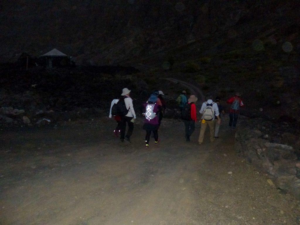 いよいよ、カノ山へのトレッキングです。朝薄暗い頃に宿を出発します。まずは平たんな道、そして村の中を歩きます。