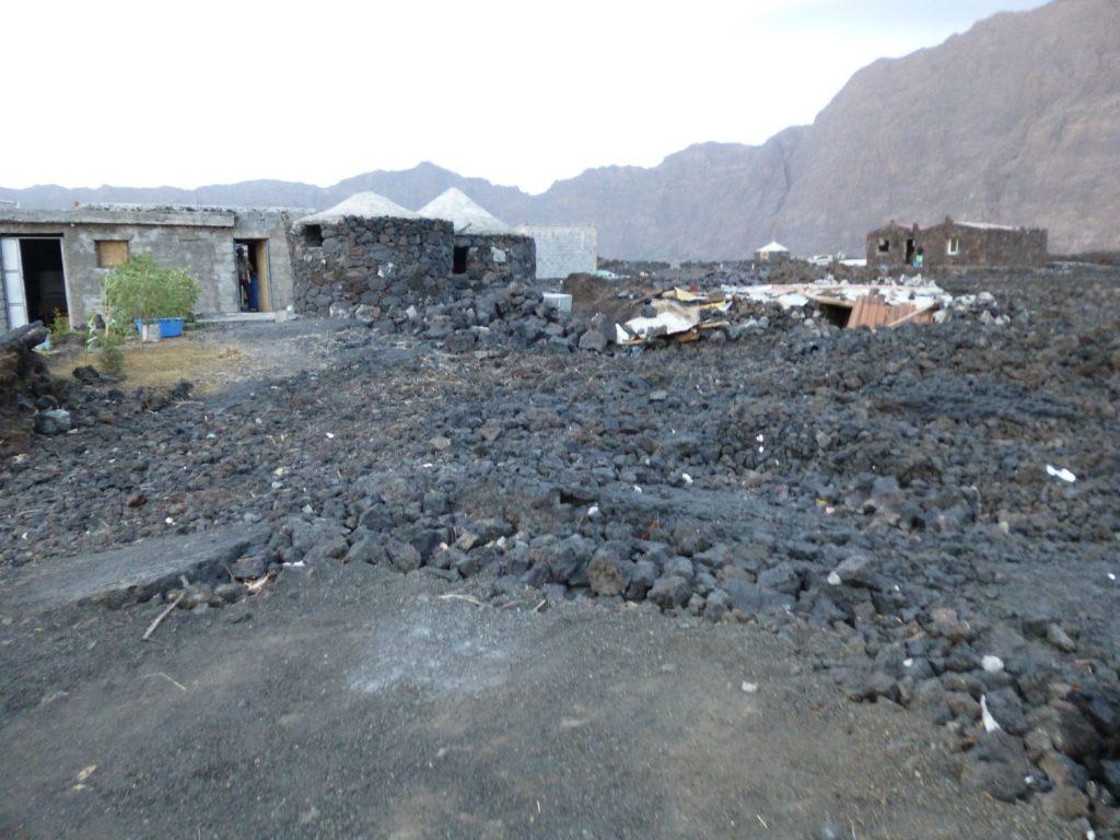 村は2014年の噴火で溶岩に埋め尽くされてしまっていました。何度も繰り返す噴火に避難を余儀なくさせられている村の人々。溶岩の上には、戻ってきている村の人々が新たな建物も建設中!
