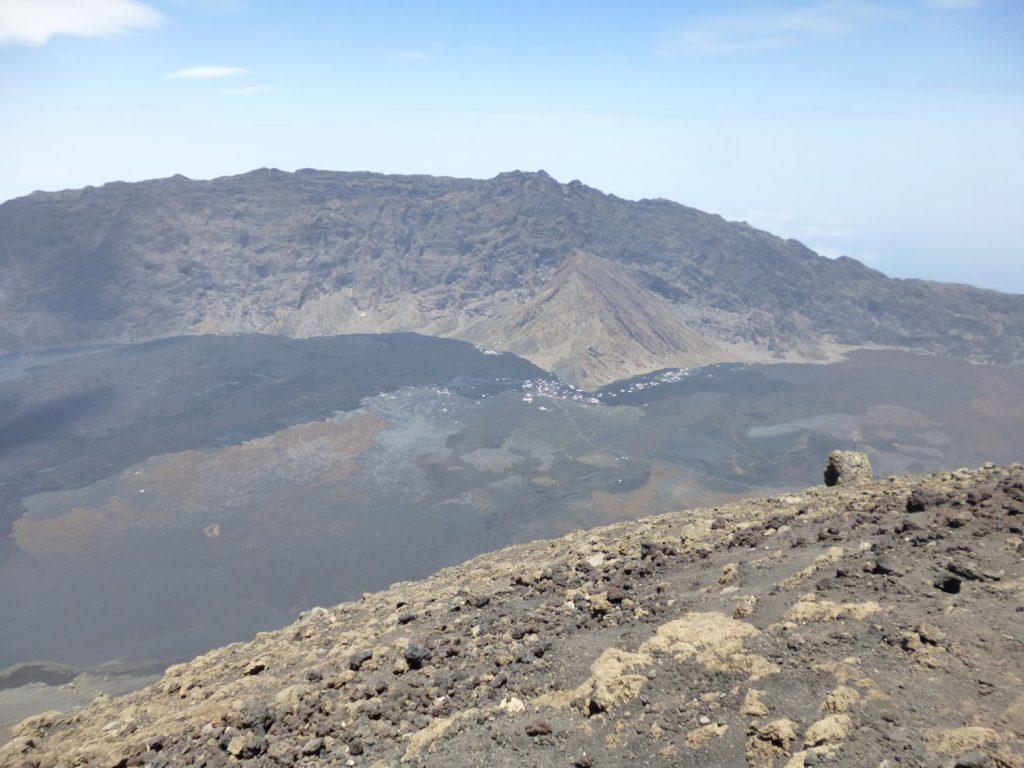 約5時間かけて登りました。頂上からは私たちが泊っている宿が小さく見えました。