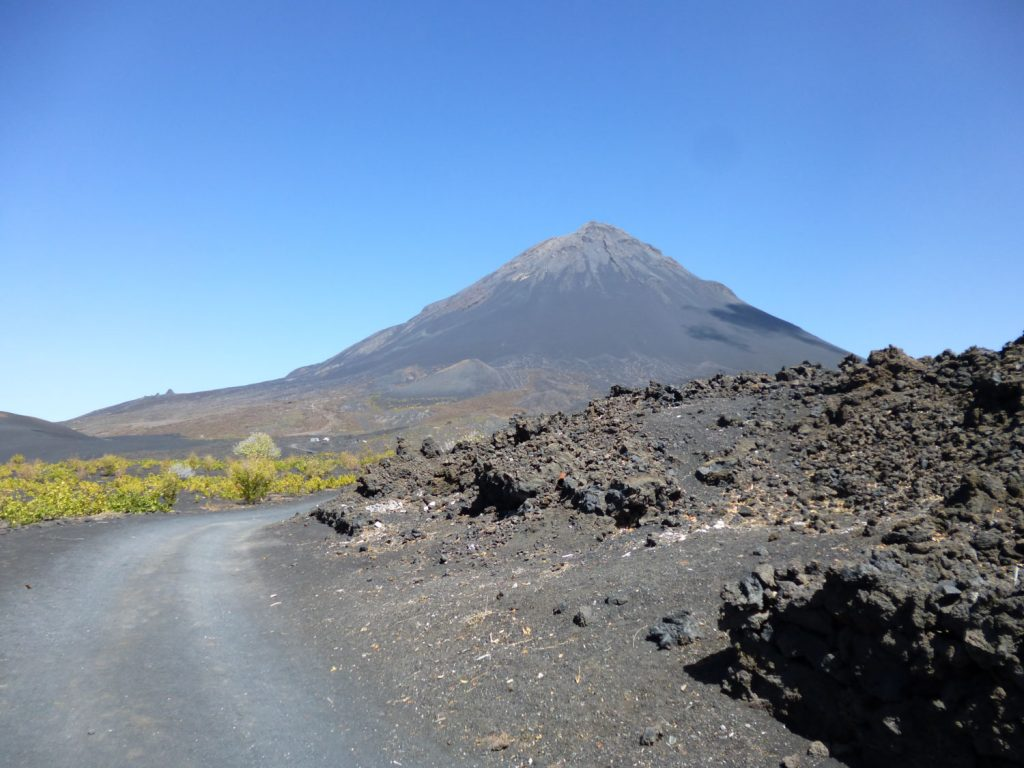 駆け下りて、麓まで戻ってきました。後ろを振り返ると、高くそびえ立つカノ山が…。感慨深いです。