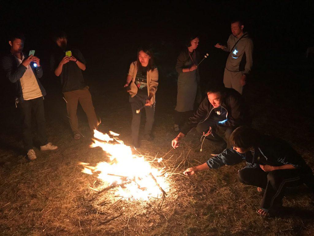 焚火でマシュマロを焼く