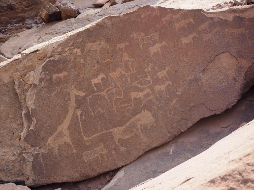 サンの人々が描いた世界遺産の線刻画