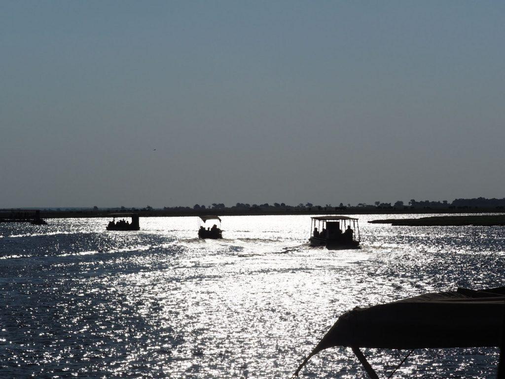 チョベ川ではのんびりとボートクルーズ