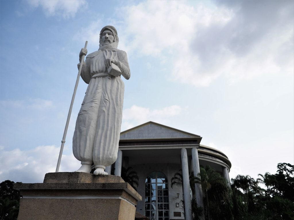 次に訪問したのは、「探検家ピエール・サヴォルニアン・ブラザ」の廟。19世紀末にコンゴ川流域を探検し、フランスの中央部アフリカ植民地化に重要な役割を担いました。ブラザヴィルの名前は彼の名にちなんでいます。