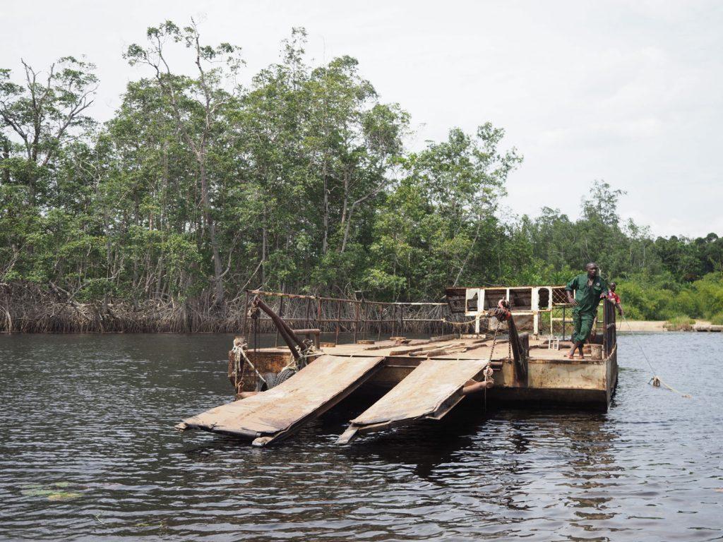 森の中まで入っていくと川が横たわっており、渡し船の出番。