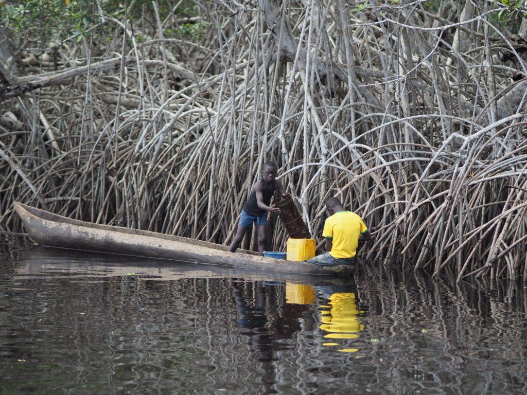 川エビの漁をしている地元の少年たちでした。あれ?国立公園のはずでは…汗。