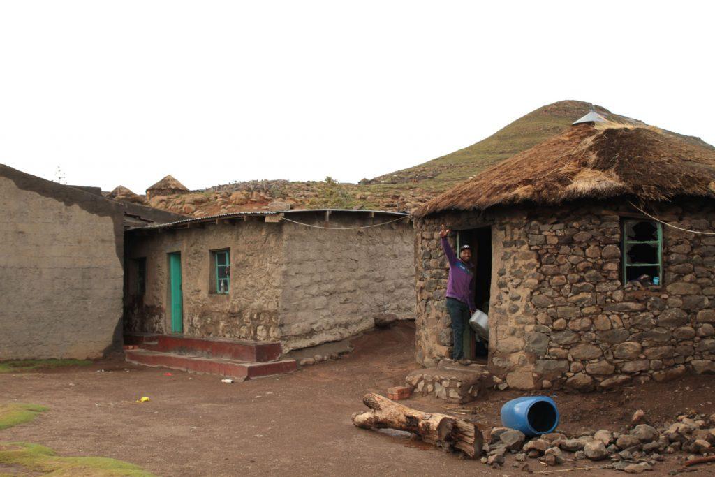 村では民家の一室を借りて宿泊。伝統的なバソトハット