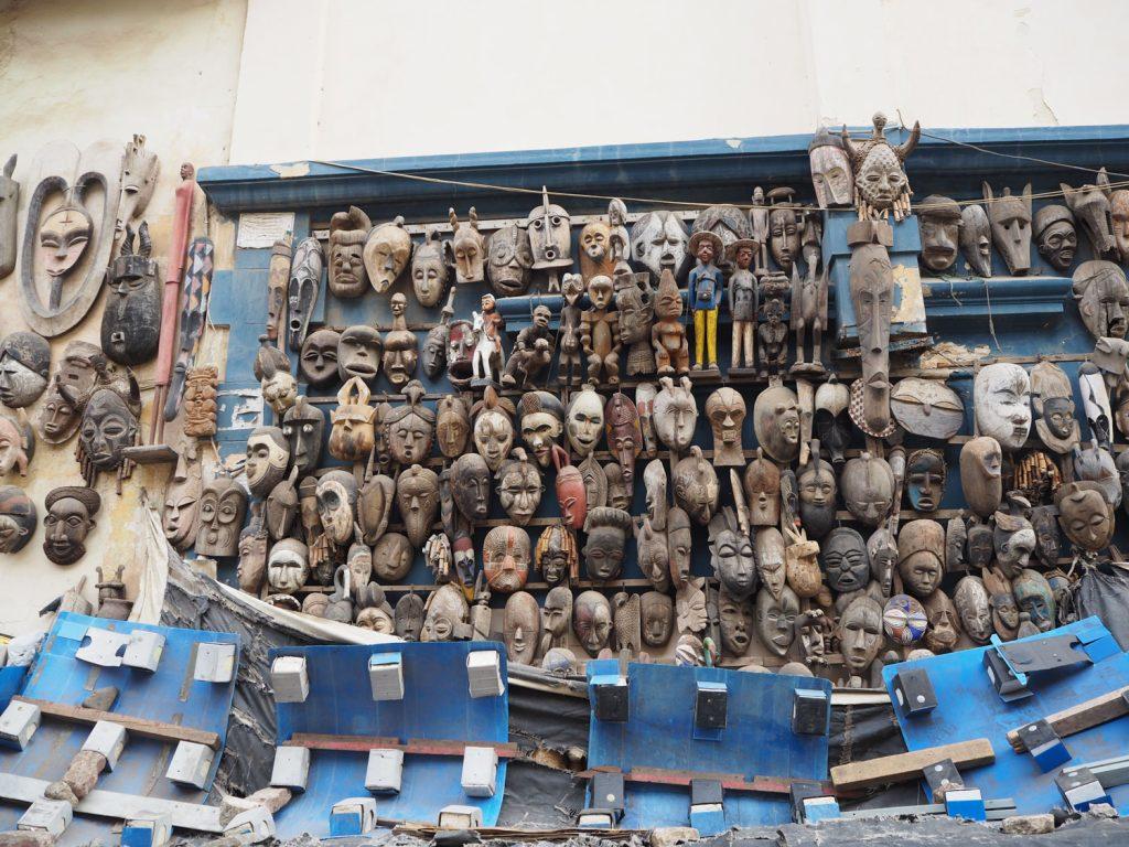 路上仮面店。無造作に飾られているように見えて、全て商品。建物の壁を活用してお店を設けるとは、その創造力にアッパレ!