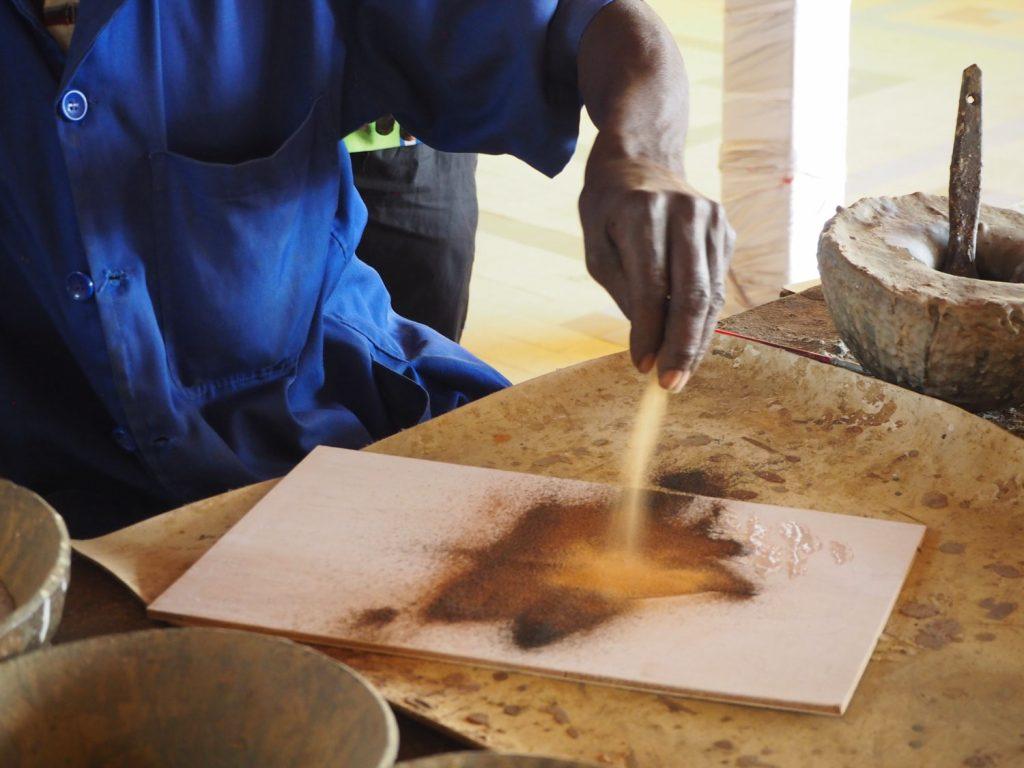 セネガル特産品ともいえる、砂絵。色とりどりの砂を何重にも重ね描いていき、人々の暮らしを生き生きと描いていきます。