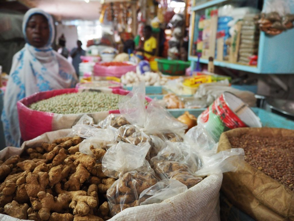 スパイスやお野菜などは量り売り、小分け販売。買ったけれど使いきれず腐らせてしまうこともあるので、この量り売りが家の近くにもあったら便利ですよね。