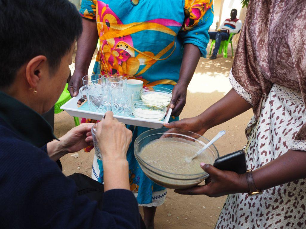 村の方々の定番食、ポーションをいただきました。稗やアワを使った、お粥のような食感。味は粉ミルクでした。