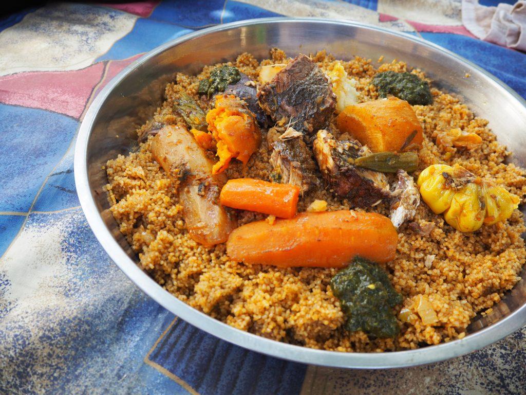 『チェブ・ジェン』チェブが「炊き込みご飯」、ジェンが「魚」とその名の通り野菜や魚の煮汁で炊いたご飯の上に、魚と野菜を乗せた一品。