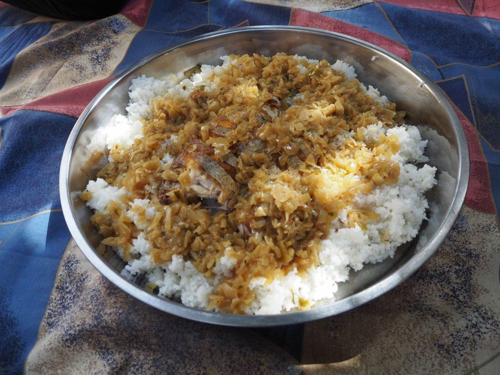 『ヤッサ・ジェン』ご飯の上に揚げた魚、スパイスを利かせた玉ねぎソースをかけていただく料理です。チキンなども良く一緒に食べられます。