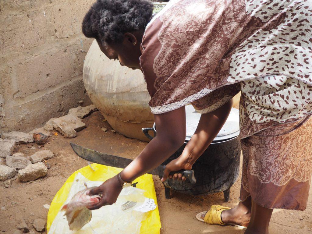 包丁というより、ナタ?で魚の処理をしていきます。
