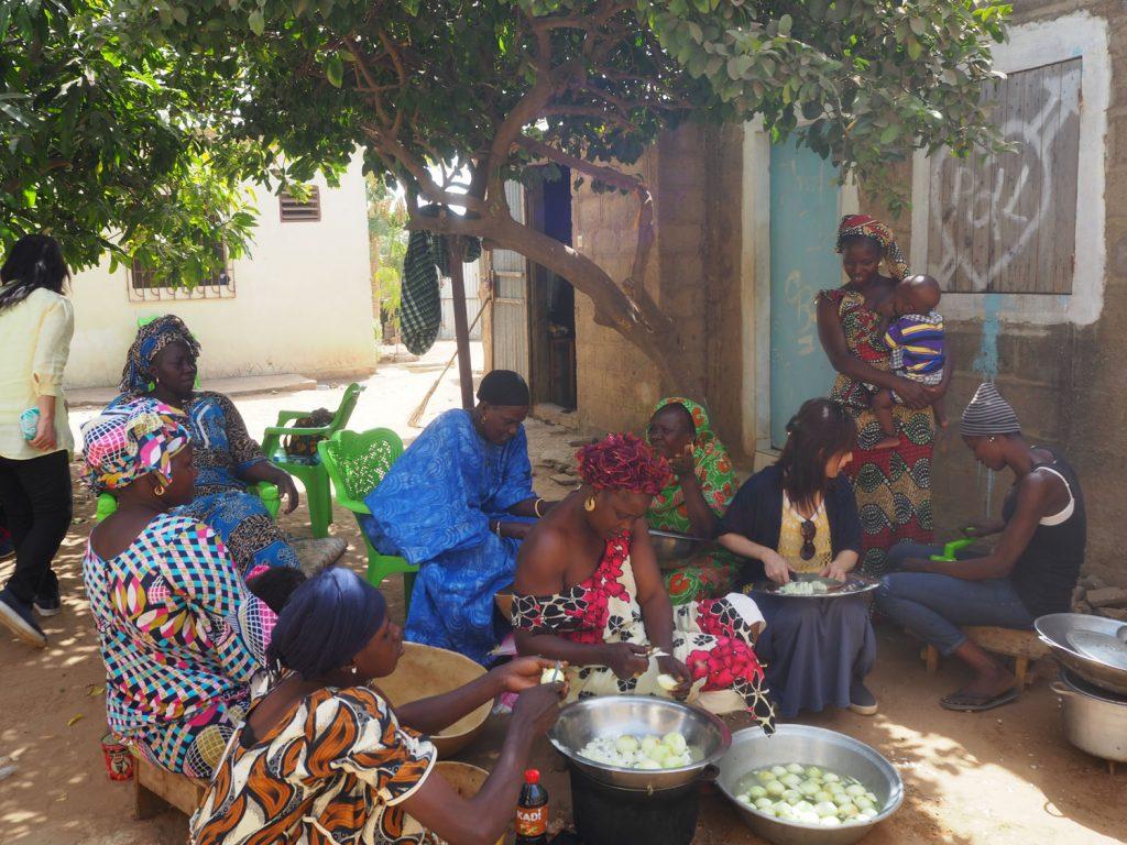 マンゴーの木の下でガールズトークをしながらお料理。子どもの面倒は、村の女性みんなで。