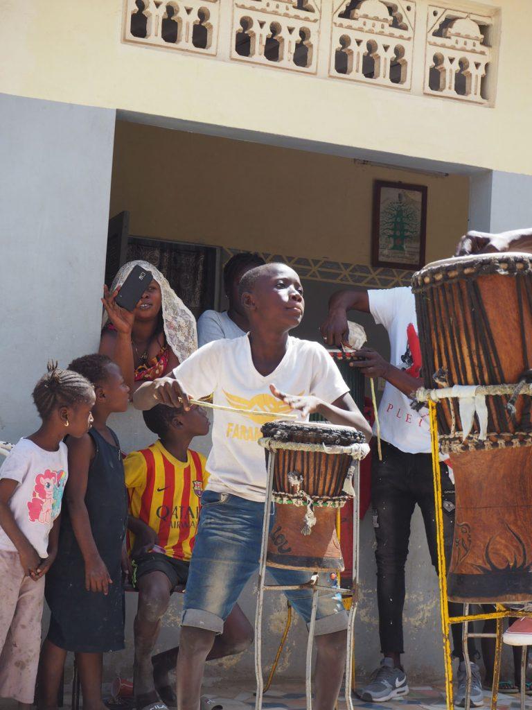 お兄さんたち交じって、負けじと演奏する男の子。カッコいいダンスと太鼓を披露してくれました。