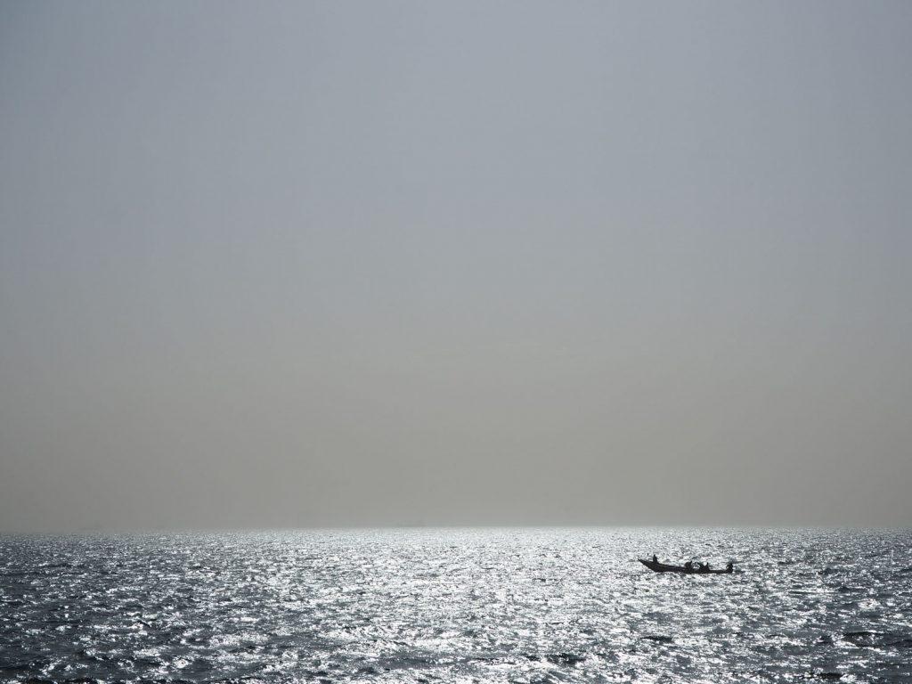 かつて奴隷が運ばれていった波穏やかな大西洋。地平線の先は、遠い地、アメリカ。