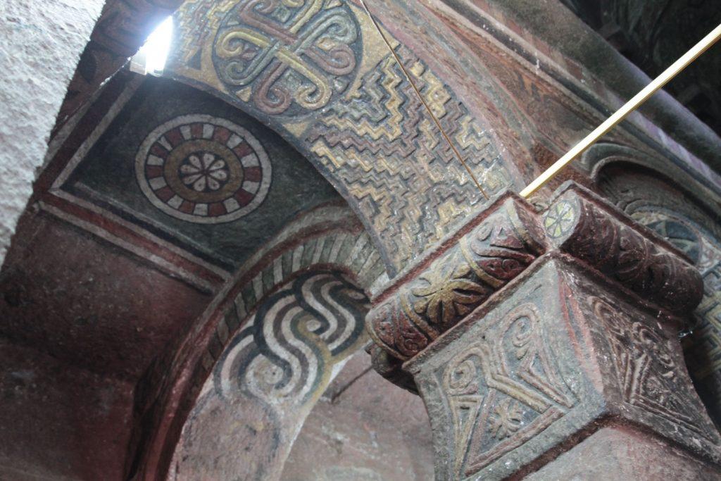 教会内部も丁寧にレリーフなどが彫られています