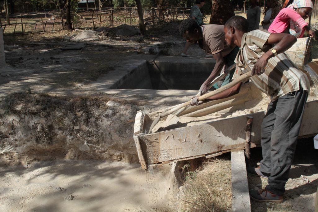 当時と同じ材料・製法で建築材(レンガ)を作り修復作業を行っている