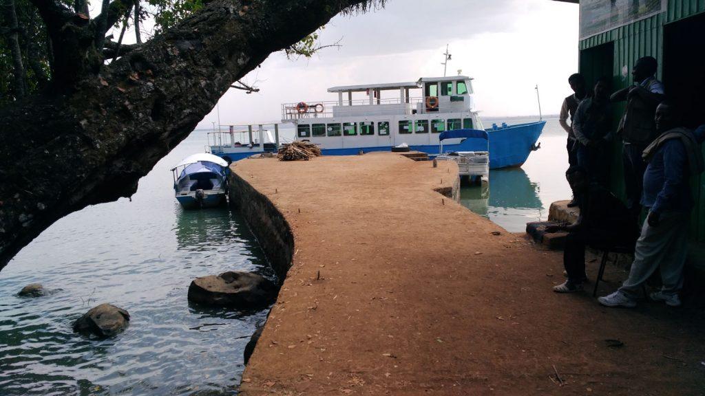 タナ湖の半島にある修道院へボートでアクセスします