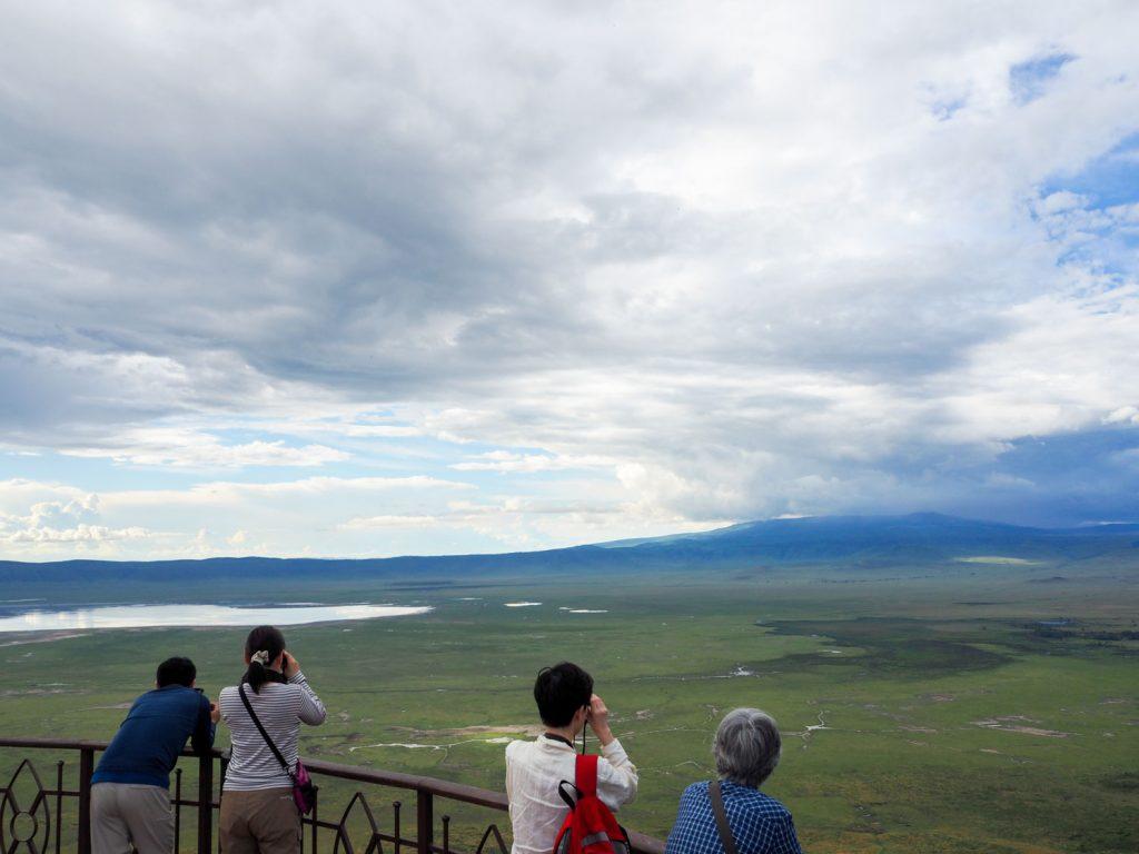 ンゴロンゴロクレーター。(正しくはカルデラ)600m下に広がる平原には、ゾウやバッファローなどの姿も。