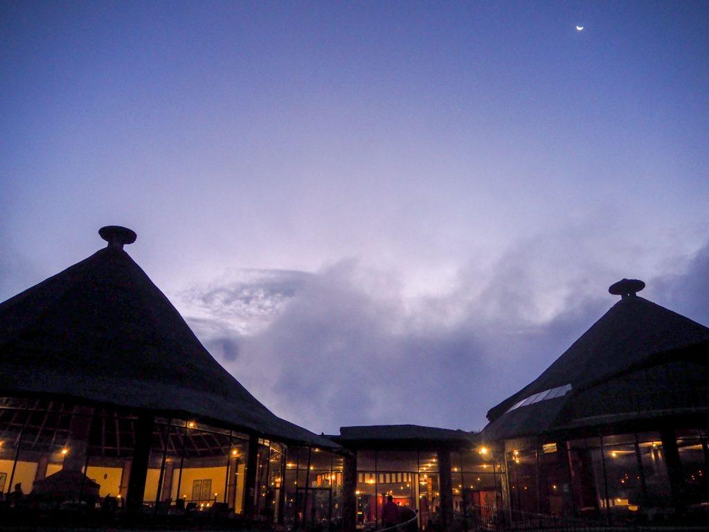 夕焼けの後のほんのわずかな時間に訪れる蒼の時間。ンゴロンゴロのロッジにて。