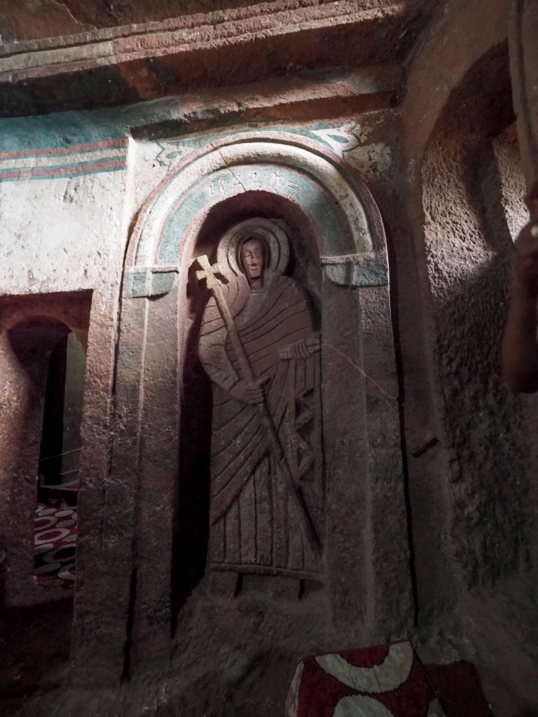 女人禁制の聖ゴルゴダ教会内部、ラリベラ王の墓所はこの部屋の奥にあります