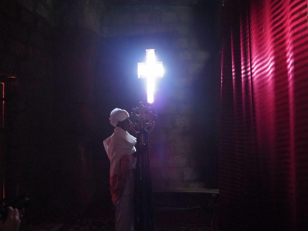 光の入り具合も計算されている至聖所前の祭壇
