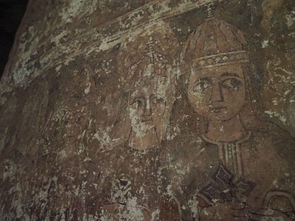 丸顔にアーモンド形の目を描くエチオピアスタイルは変わりませんが、歴史を感じさせる内壁の絵