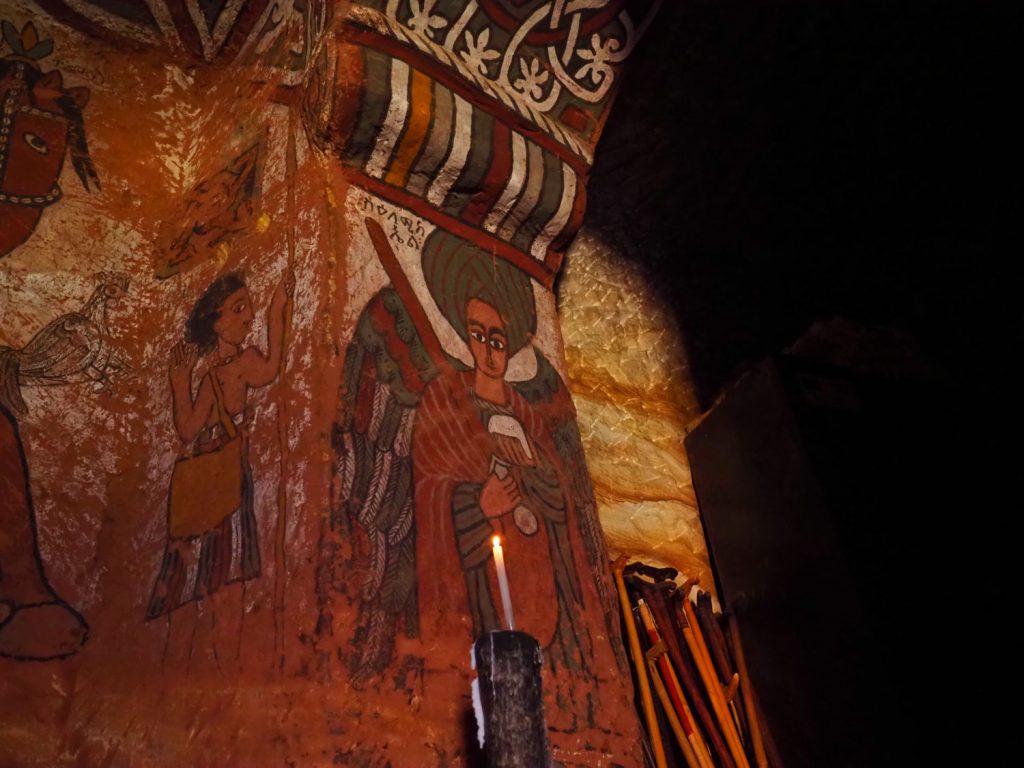 至聖所への入り口には、守りとして天使ガブリエルとラファエルの絵が