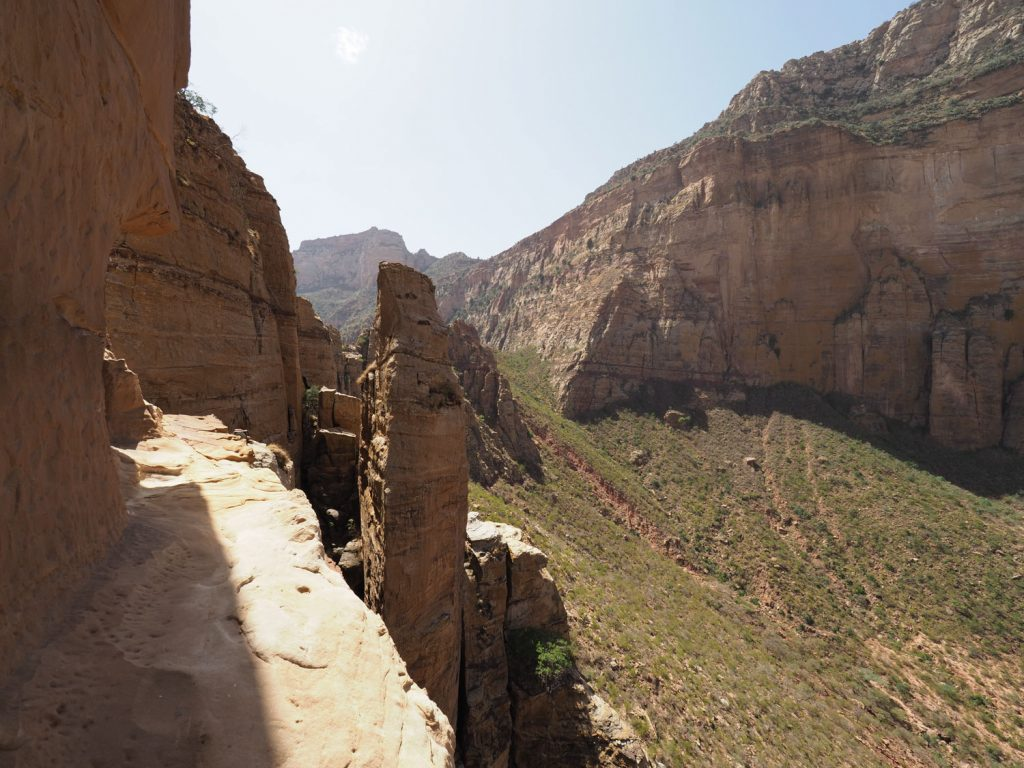 アブーナ・イェマタ入り口への細い道、右手は崖ですっぱり切れ落ちています