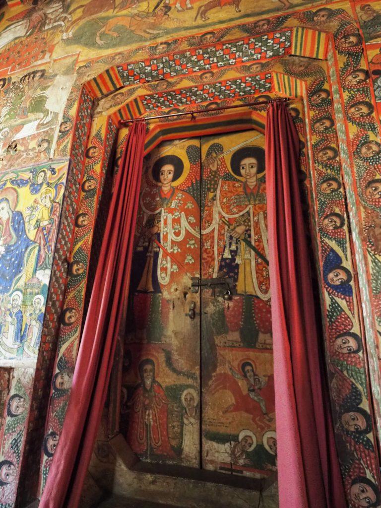 至聖所は二人の熾天使の絵によって守られています